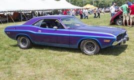 1970 purpurroter Dodge Herausforderer-Seitenansicht Stockfotografie