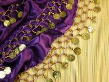 Purpurroter farbiger silk Schal stockbild