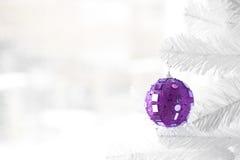 Purpurroter Flitter auf Weihnachtsbaum Stockbild