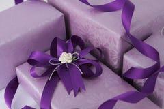 Purpurroter Geschenkkasten. Stockfoto