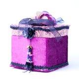 Purpurroter Geschenkkasten mit einer Rose getrennt. stockfoto