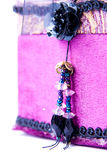 Purpurroter Geschenkkasten mit einer Rose getrennt. stockbilder