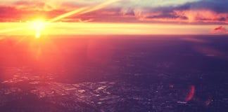 Purpurroter getonter drastischer Sonnenuntergang der Weinlese gesehen von der Fläche Lizenzfreie Stockfotografie