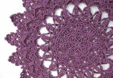 purpurroter Häkelarbeit Doily stockbilder