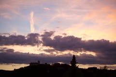 Purpurroter Himmel hinter einem alten Schloss Lizenzfreies Stockfoto