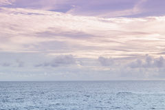 Purpurroter Himmel und Seeblau Ondina Salvador Bahia Brazil lizenzfreie stockbilder