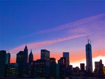 Purpurroter Himmel zur magischen Zeit, Manhattan im Stadtzentrum gelegen, stockfotografie