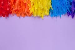 Purpurroter Hintergrund mit farbiger Girlande Stockfotografie