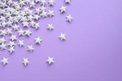 Purpurroter Hintergrund mit Sternen Stockfotos