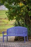 Purpurroter Holzstuhl im Garten Stockfotos
