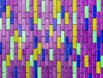 purpurroter Innenhintergrund der bunten vertikalen Backsteinmauer Lizenzfreie Stockfotos