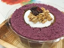 Purpurroter Jamswurzelrollenkuchen mit Getreide Lizenzfreie Stockfotografie