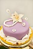 Purpurroter Kuchen mit Lilienblume Stockbild