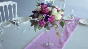 Purpurroter lila Streifen des Dekordesign-Rundtischs in der Mitte stock video
