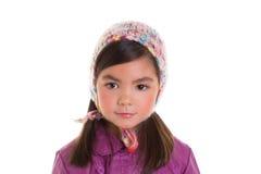 Purpurroter Mantel des asiatischen Kinderkindermädchenwinter-Porträts und Wolleschutzkappe Lizenzfreie Stockfotografie