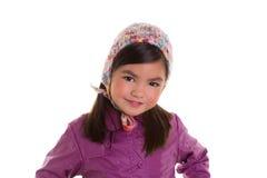 Purpurroter Mantel des asiatischen Kinderkindermädchenwinter-Porträts und Wolleschutzkappe Stockfotos