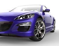 Purpurroter moderner Rennwagen auf weißem Hintergrund - Scheinwerfer-Nahaufnahme Lizenzfreies Stockfoto