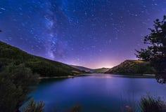 Purpurroter nächtlicher Himmel spielt Seelandschaft mit Milchstraße auf Berg die Hauptrolle lizenzfreies stockfoto