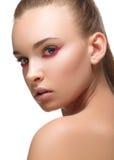 Purpurroter oder magentaroter Pfeilmake-upabschluß des Zaubers mit roten Nägeln der Mode auf Gesicht Perfekte Haut der Frau Niedr Lizenzfreies Stockfoto