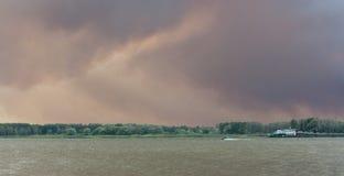 Purpurroter Rauch über dem Fluss Lizenzfreie Stockfotos