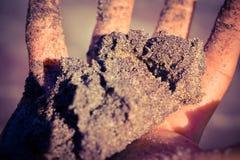Purpurroter Sand in der Hand Lizenzfreies Stockbild