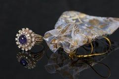 Purpurroter Saphirring mit Diamanten Stockbild