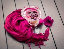 Purpurroter Schal und Nachtisch auf einer Tabelle Lizenzfreie Stockfotografie