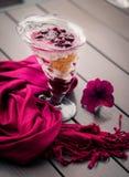 Purpurroter Schal und Nachtisch auf einer Tabelle Stockfotografie