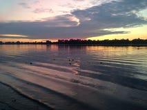 Purpurroter Sommersonnenaufgang auf dem Fluss Lizenzfreie Stockfotos