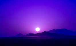 Purpurroter Sonnenaufgang über Bergen im Nachtisch vom Iran Stockfoto