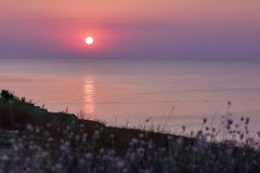 Purpurroter Sonnenaufgang auf Meer Ð 'Ð?Ñ€Ð?Ð-³ Ð ¼ Ð ¾ Ñ€Ñ  Ñ 'Ð?Ð ¼ Ð ½ Ñ ‹Ð ¹ lizenzfreies stockbild