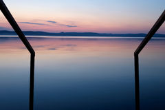 Purpurroter Sonnenuntergang am Balaton See im Sommergeländer führt im Wasser Stockbilder