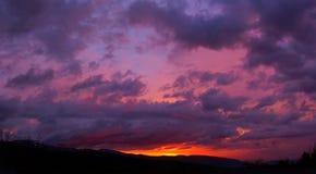 Purpurroter Sonnenuntergang in den Bergen, drastischer Himmel, purpurroter Sonnenuntergang Stockfotos