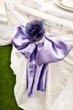 Purpurroter Stuhl-Hochzeits-Bogen Stockfotos