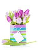 Purpurroter Tulpenblumenstrauß in der Geschenktasche Stockfotografie