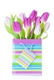 Purpurroter Tulpenblumenstrauß in der Geschenktasche Stockbild