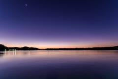 Purpurroter und blau- Tagesanbruch in der Ufergegend lizenzfreie stockbilder