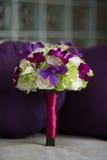 Purpurroter, weißer, grüner Blumenstrauß Stockbild