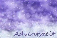 Purpurroter Weihnachtshintergrund, Schnee, Schneeflocken, Adventszeit bedeutet Advent Season Stockbild