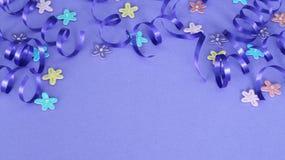Purpurrotes Band und Blumen auf purpurrotem Hintergrund stockfotos