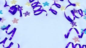 Purpurrotes Band und Blumen auf weißem Hintergrund lizenzfreie stockbilder