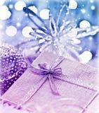Purpurrotes blaues Weihnachtsgeschenk mit Flitterdekoration Stockbilder