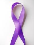 Purpurrotes Farbband General Cancer Awareness Lupusbewusstsein Alzhei Stockbild