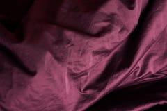 Purpurrotes Gewebe in den Falten drapierung Beschaffenheit, Hintergrund lizenzfreie stockfotos