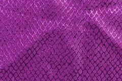 Purpurrotes Gewebe mit prägeartigen Beschaffenheiten Stockbild