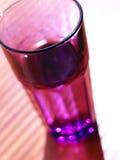 Purpurrotes Glas im Sonnenlicht im flachen Fokus Stockfotografie