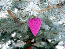 Purpurrotes Herz auf den Niederlassungen putzen heraus, romantisch Lizenzfreies Stockfoto
