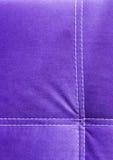 Purpurrotes Hintergrundmuster des Samts mit weißen Linien Abschluss oben Lizenzfreie Stockbilder