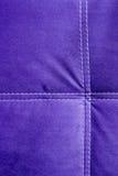 Purpurrotes Hintergrundmuster des Samts mit weißen Linien Abschluss oben Lizenzfreie Stockfotos