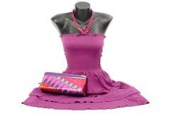 Purpurrotes Kleid auf Mannequin mit zusammenpassendem Zubehör Stockbilder